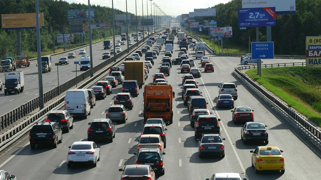 КамАЗ спеском опрокинулся наМКАД врайоне Рублево-Успенского шоссе