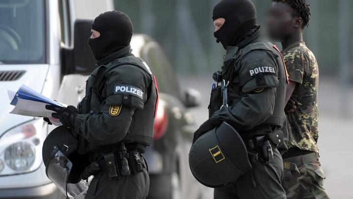 Как африканские мигранты унизили немецких полицейских, и что им за это было