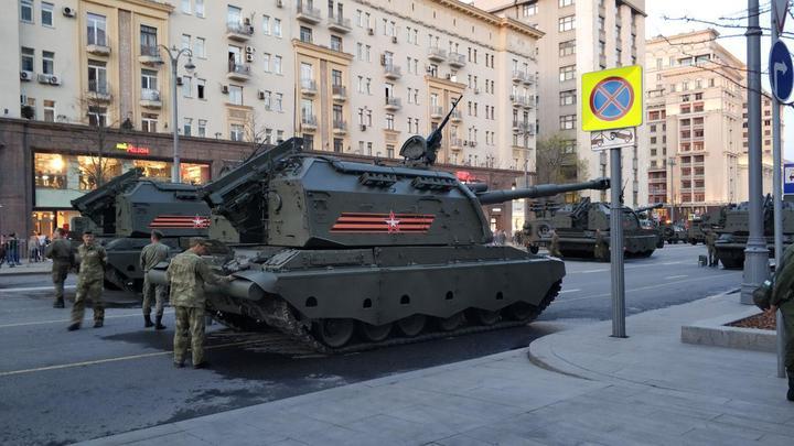 Москва готовится к ночной репетиции парада ко Дню Победы - фото