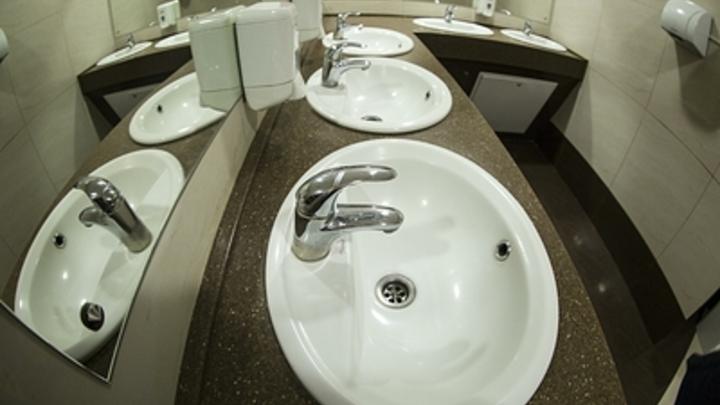 Военного атташе Новой Зеландии в США поймали на тайной съемке в посольском туалете с помощью ДНК