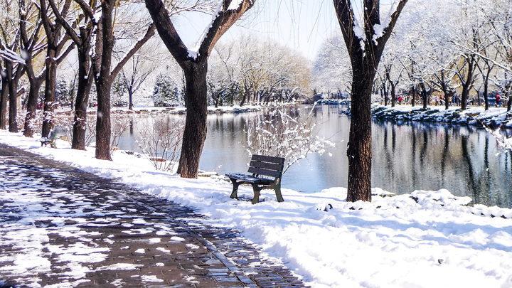 В Ханты-Мансийск пришла заблудившаяся зима и засыпала все снегом