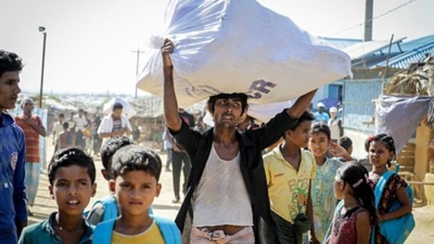 Детей-беженцев европейские добровольцы заставляют за еду вступать в сексуальные отношения - Times