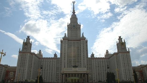 Из-за эвакуации преподаватели МГУ принимают экзамены у студентов на улице - соцсети