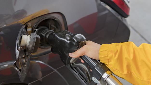 Дешевизна на копейку, позитив на рубль: Росстат похвалился падением цен на бензин