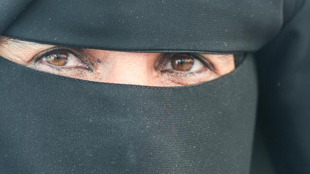 Никаб вне трамвая: В Голландии женщинам в мусульманской одежде запрещено ездить на общественном транспорте