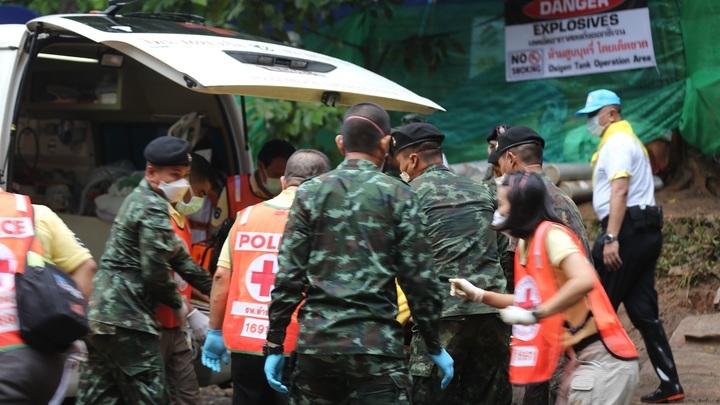 Обходятся без Илона Маска: Из затопленной пещеры в Таиланде вывели восьмого ребенка