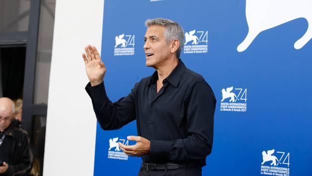 Бэтмен не умеет ездить на скутере: Джордж Клуни попал в аварию в Италии