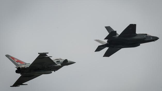 «Eurofighter вызывали?»: Российский Су-24 пролетел под присмотром истребителей НАТО