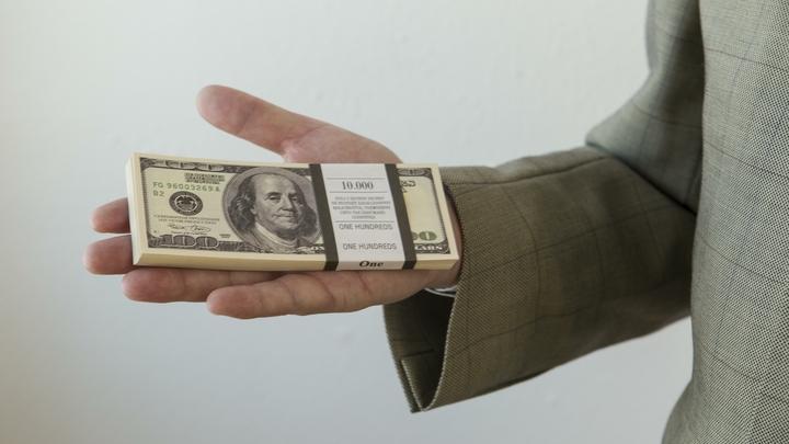 Курс рубля ослабил доллар иевро на1,5 рубля