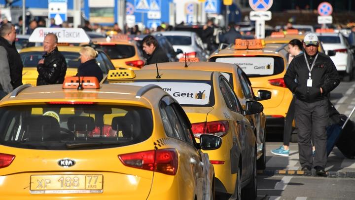 Насевере столицы машина такси врезалась встолб исгорела