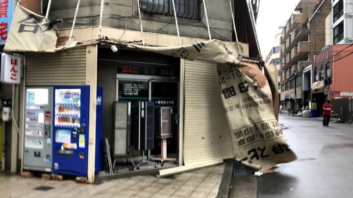 Тайфун не приходит один: На Японию обрушилось землетрясение