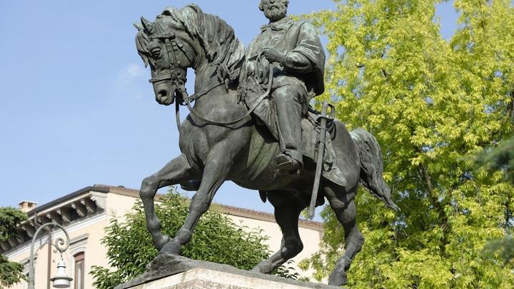 Удар молнии расколол постамент статуи Гарибальди в Риме