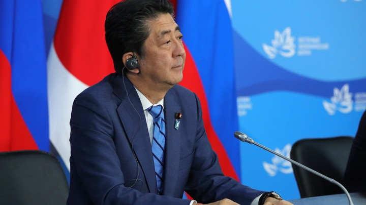 «Споры оставить в прошлом»: Абэ заявил о желании продвигать мирный договор с Россией