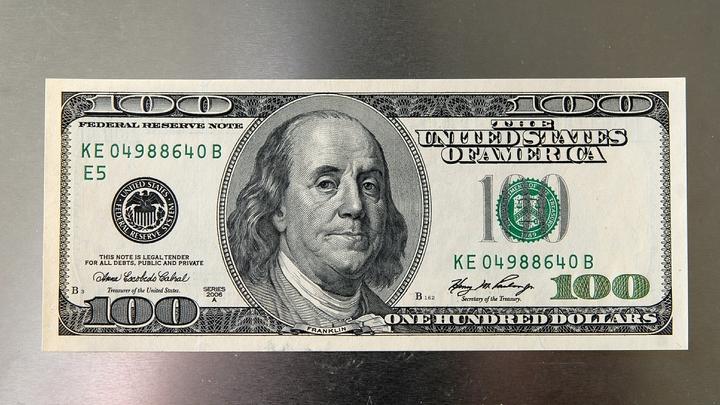 Курс доллара впервые с августа опустился ниже 67 рублей