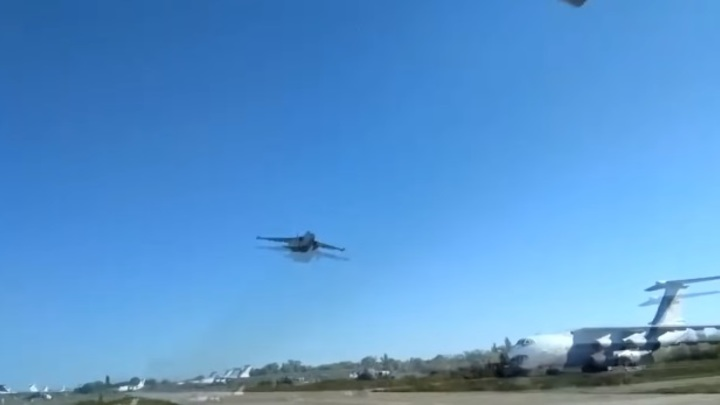 Видео украинский штурмовик снова пролетел напредельно малой высоте