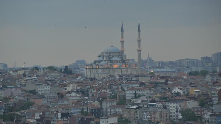 Яма на ровном месте: В Турции земля разверзлась под ногами прохожих - видео
