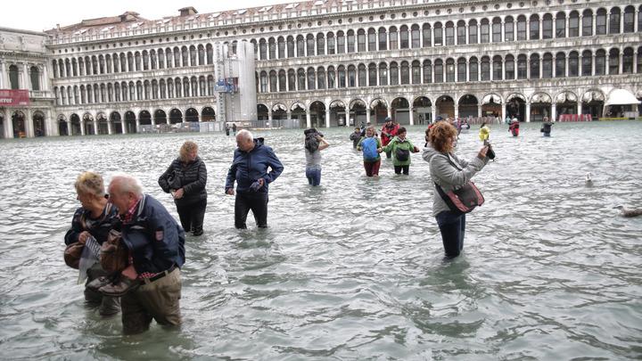 В утонувшей от наводнения Венеции начали устраивать соревнования по плаванью - видео