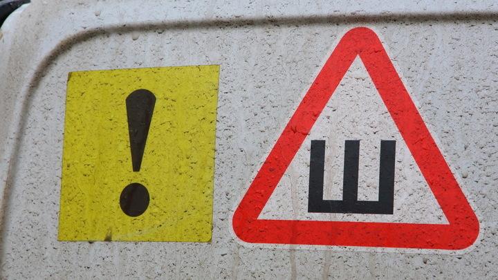 Российских водителей оставят без «шипов»: В МВД готовят отмену обязательной наклейки