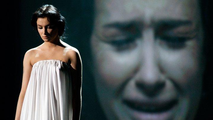 Украинская певица Приходько, обнимавшаяся с украинскими карателями, обвинила Порошенко в «лживой игре»