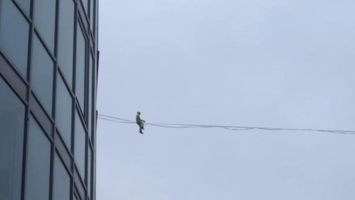 Канатоходец в Петербурге несколько раз срывался с троса на пути между многоэтажками. Видео