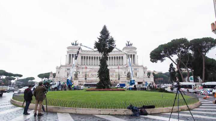 «Ёлкостыд» который год: Жителей Рима возмутил «обломыш» вместо рождественской елки - фото