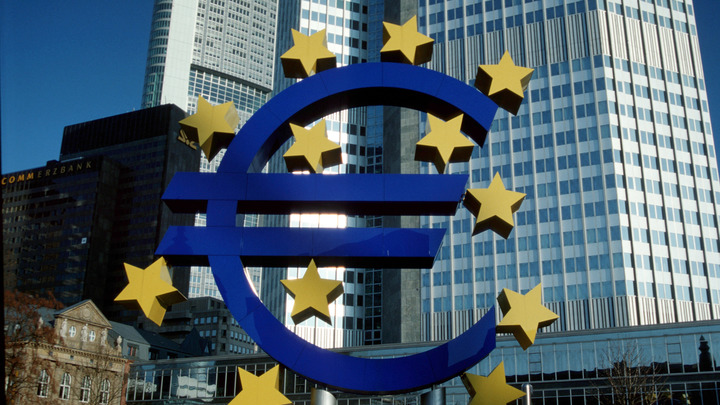 «Как тебе такое, Дональд?»: ЕК решила усилить роль евро «в этом изменяющемся мире»