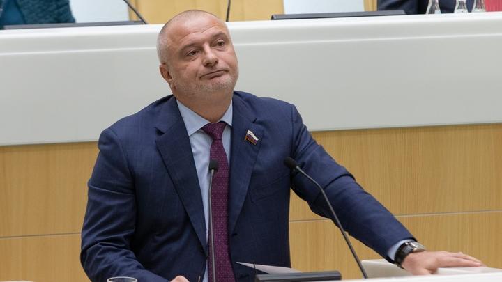 На часах семнадцать часов, пять минут, сто шестьдесят три миллиона рублей: В Сети прокомментировали богатства сенатора Клишаса
