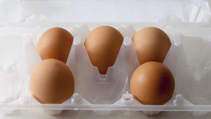 Вбросы и их разоблачения: В Сети попытались вразумить паникующих из-за пачки 9 яиц