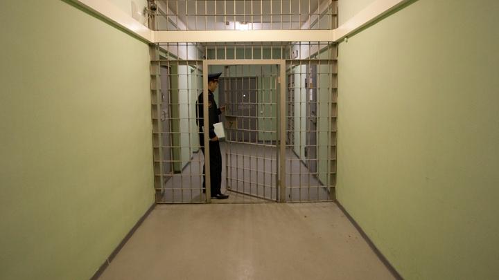 Начал есть лишь на третий день: Папа сенатора Арашукова сразу распробовал тюремные харчи, в отличие от сына