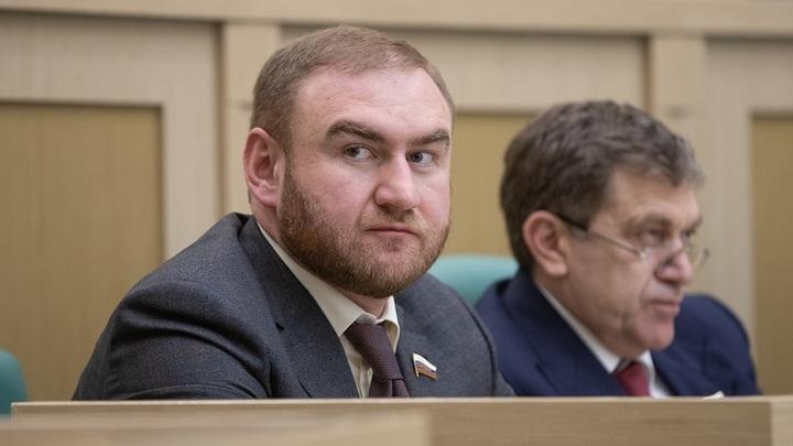Подозреваемый в убийствах Арашуков побоялся сидеть со сторожем-террористом из Дагестана