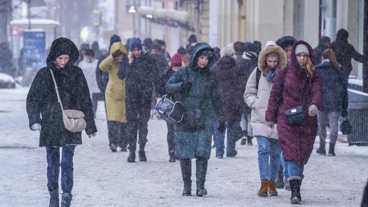 Синоптики грозят жителям России новыми морозами и советуют не убирать зимние вещи в шкаф