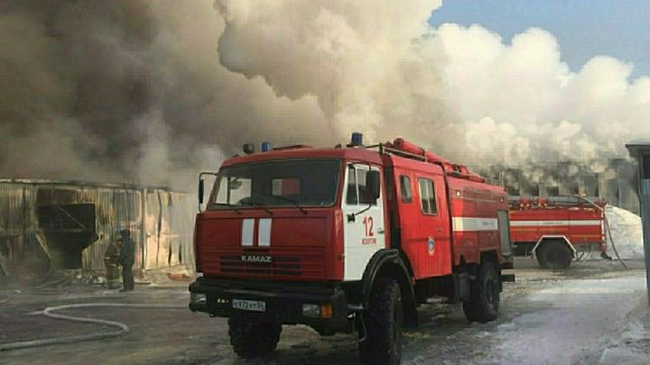 В Уфе загорелся автоцентр: Огонь охватил почти всю кровлю здания