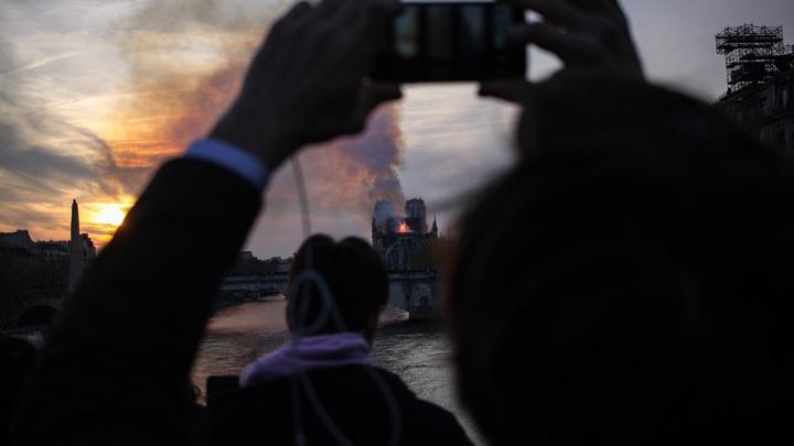 В Сети выкладывают разрывающие душу иллюстрации, посвященные пожару в Нотр-Даме: 10  рисунков потерянного собора