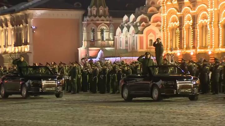 Перед строем солдат на Красной площади проехались два кабриолета Аурус
