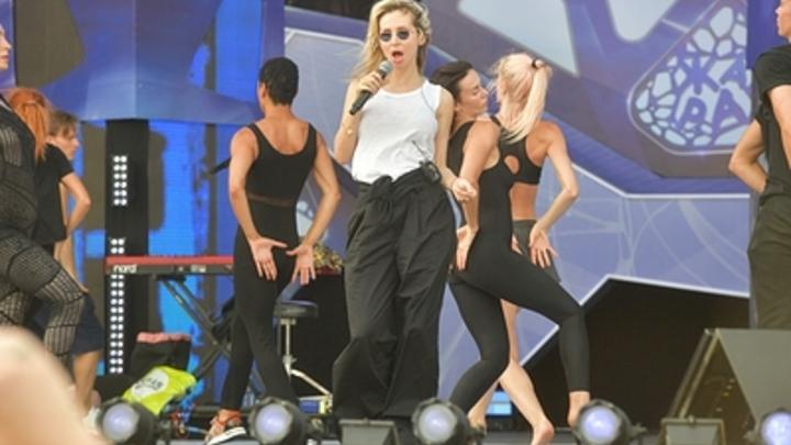 Танец парализованного кузнечика: Лободу оскорбили за странное поздравление победителей Голос. Дети
