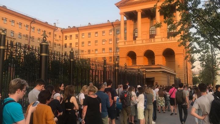 Журналисты? Рассмешили! Стая русофобов и только!: Пикеты в поддержку журналиста Медузы не нашли отклика в Сети