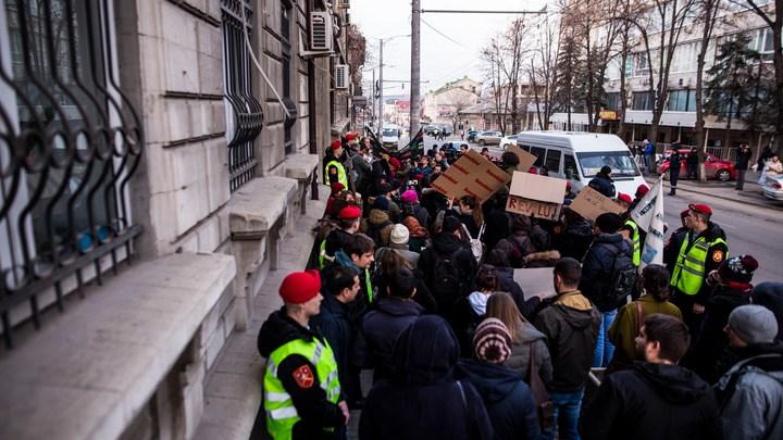 Протесты по-молдавски. Колонна, возглавляемая олигархом, скандирует: Мы - народ
