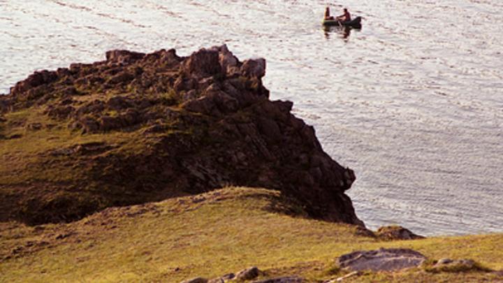 Семью с ребёнком почти снесло в открытое море на надувной лодке под Магаданом