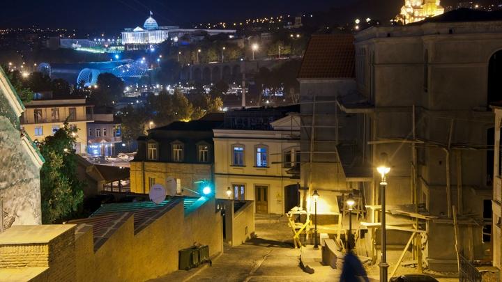 Яйца, веники, бутылки: Жители Тбилиси пришли сровнять Рустави 2 с землей за уличную ругань в адрес Путина