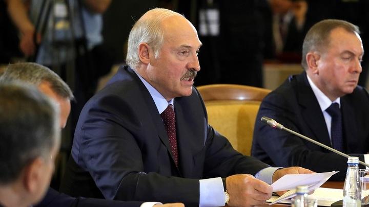 Кувырком полетел: Лукашенко наказал пьяного подчиненного за оскорбление матом