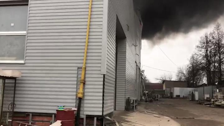 В огне - 1000 квадратов: В подмосковном Реутове почти сотня пожарных тушат склад
