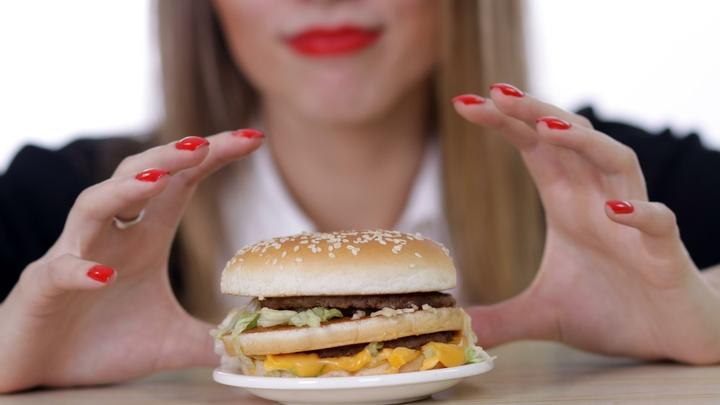 Никаких поблажек: Чем угрожают женскому сердцу перекусы поздним вечером