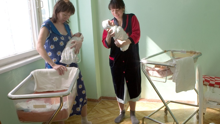 Кто сидит в декрете на 50 рублей? Через полгода уже на работе! Пользователи Рунета не заметили отмены детских