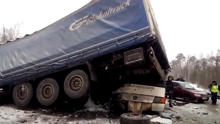 Пострадали дети: Автобус столкнулся с двумя грузовиками и тремя легковушками под Пермью