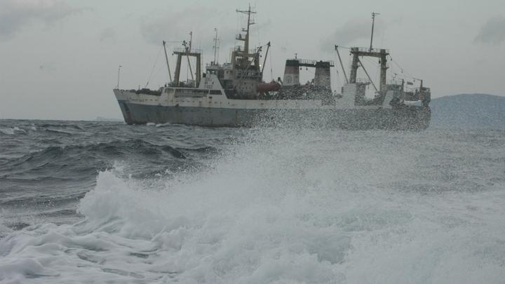 Подходить близко опасно: В Охотском море двое суток не могут начать тушить горящий траулер