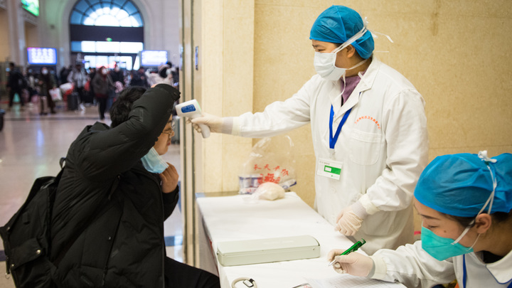 Жители сметают продукты с прилавков и закрываются в домах: В Китае из-за коронавируса закрыли ещё один город
