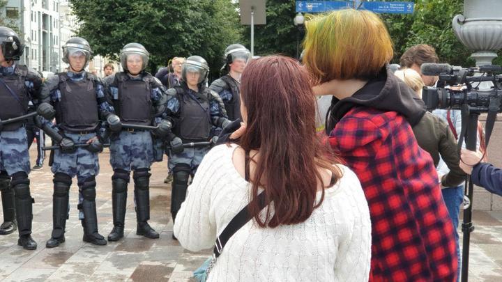 Сегодня бутылку бросил, завтра стулом запустит: Путин напомнил митингующим о законе