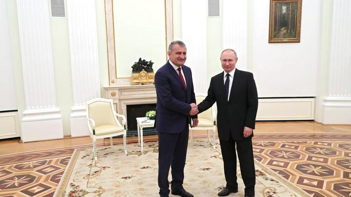 Путин не боится: Пока мировые лидеры отказываются от этикета, из Кремля рукопожатия никуда не делись