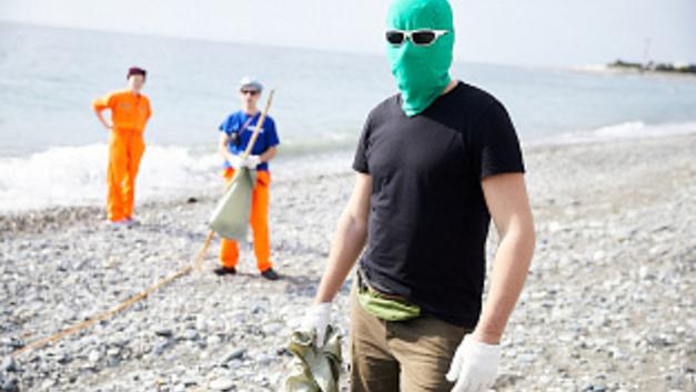 Чистомэн из Челябинска приехал разгребать мусор на Чёрное море