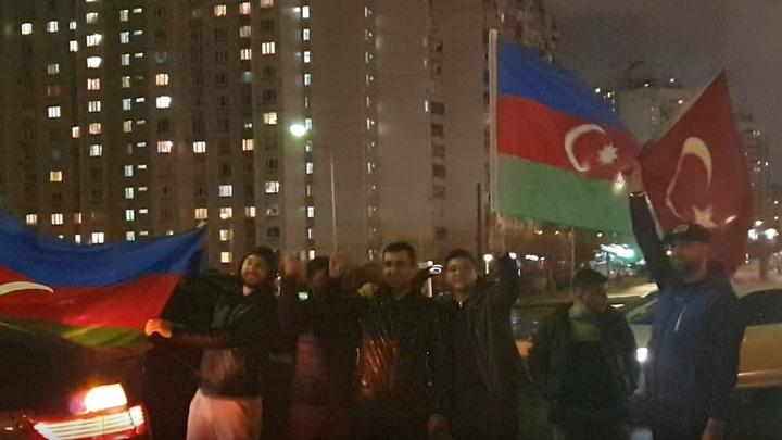 Азербайджанцы под флагом Турции избили чучело Пашиняна в Москве: Снимай, брат, снимай!